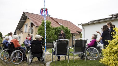 """Maibaumaufstellen in der """"Villa am Moosgraben"""""""